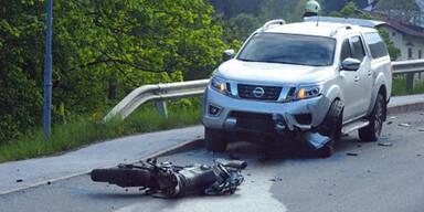 Motorradfahrer kracht frontal gegen Auto – tot