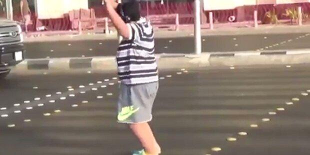 Bub (14) tanzt Macarena und wird verhaftet