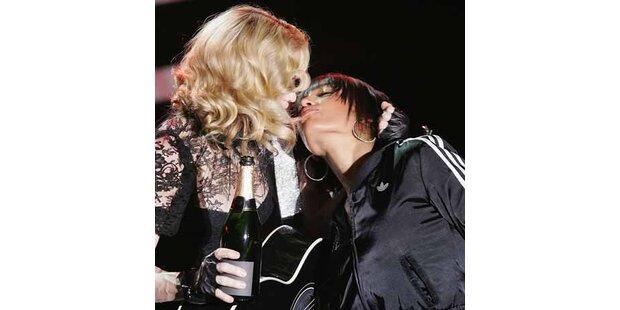 Madonna meldet sich mit Lesbenkuss zurück
