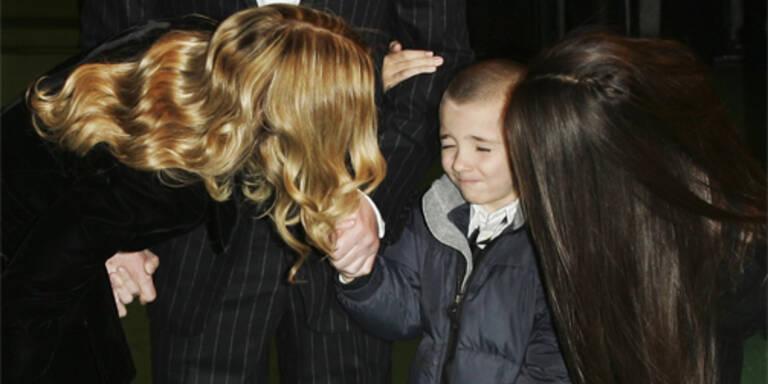Madonnas Sohn Rocco kneift die Augen zusammen - er ist dem Blitzlichtgewitter nicht gewachsen.(c)Photo by Gareth Cattermole/Getty Images