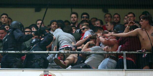 Polizei prügelt auf Bayern-Fans ein