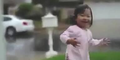 Mädchen erlebt zum ersten Mal Regen