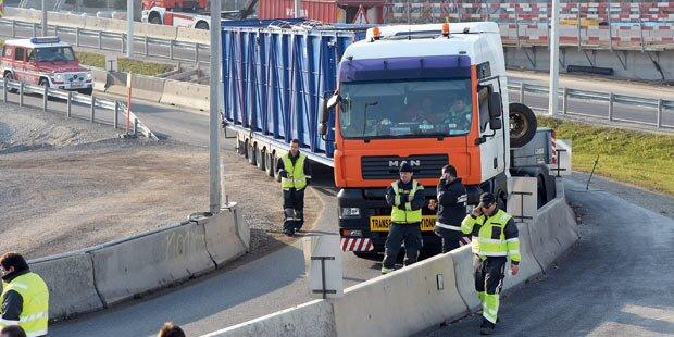 Monster-Lkw blockierte Autobahn