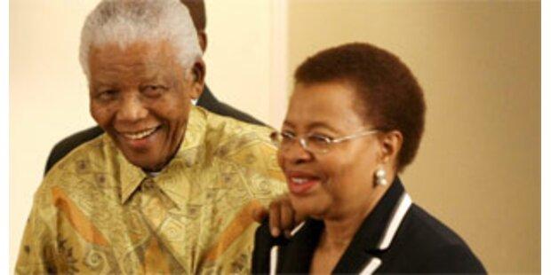 Nelson Mandela feiert seinen 90. Geburtstag und 10. Hochzeitstag