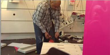 Video: Wütender Kunde verwüstet T-Mobile-Shop
