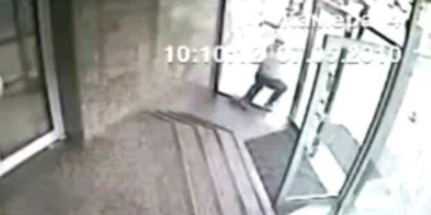 Mann kracht durch verschlossene Glastüre