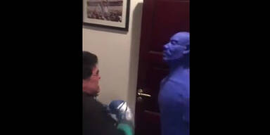 Irre: Maradona schlägt Box-Dummy k.o.