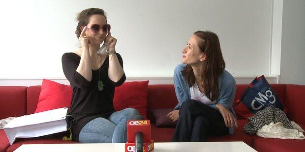 Maria und Elly präsentieren ihre Errungenschaften