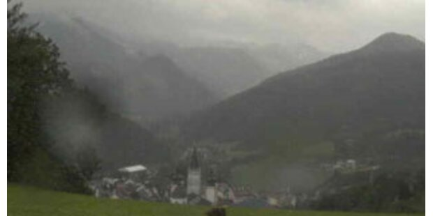 Ungarische Pilger-Familie auf Bergpfad eingeschneit