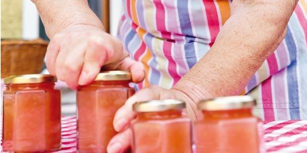 Oma kochte Marmelade ein und fing Feuer