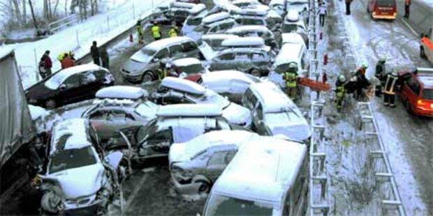 Massenkarambolage mit 43 Autos und 3 Lkw