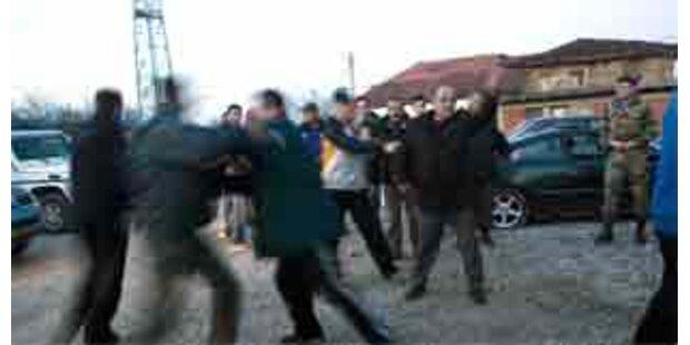 Massenschlägerei zwischen Serben und Soldaten