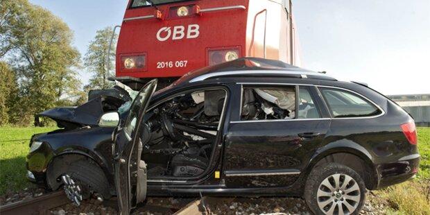 Zug rast in Auto - Ein Toter