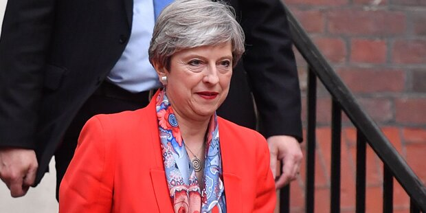 Trotz Wahl-Watsche: May bleibt Premier