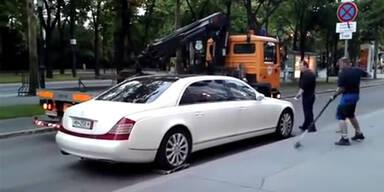 Wien: Abschleppauto scheitert an Maybach