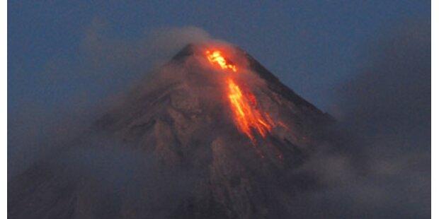 Mayon erwacht - Vulkan spuckt Lava