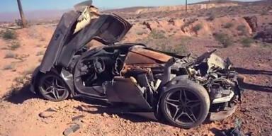 Was macht Sportwagen-Wrack in der Wüste?