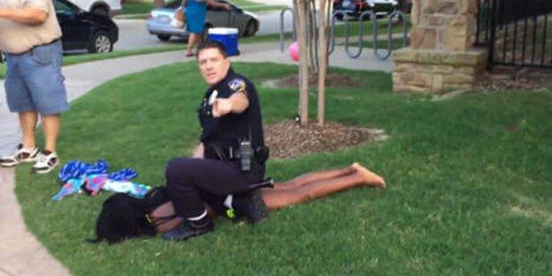 US-Polizisten stürmen Pool-Party