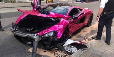 Pinker 570-PS-McLaren schießt VW Golf ab