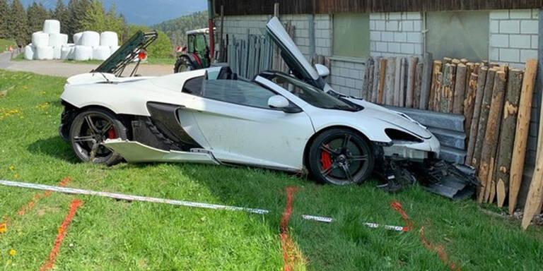 Mit 250.000-Euro-Sportwagen in Bauernhof gerast