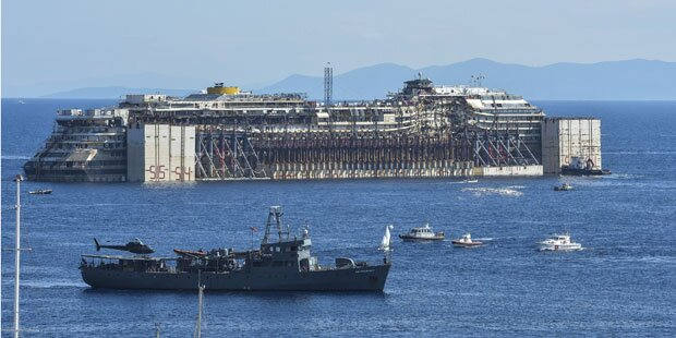 Costa Concordia wird abgeschleppt