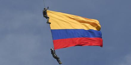 Seil gerissen: Soldaten stürzen mit Flagge in den Tod