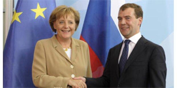 Medwedew zeigt sich in Berlin nicht als Putin-Kopie