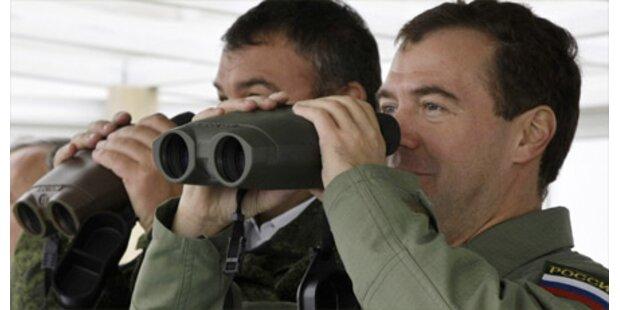 Medwedew poliert Image mit Militärjacke