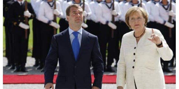 Medwedew trifft Merkel in Deutschland