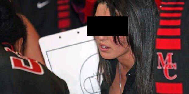 Heiße Sportlehrerin verführte Schüler