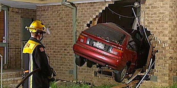Auto rast ins Bett - Australier entkommt