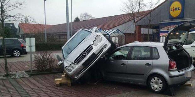 Mercedes-Fahrer parkte auf einem Polo