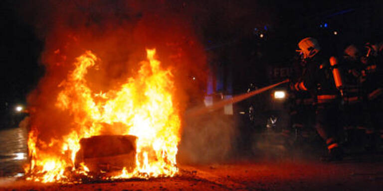Mercedes brannte auf A2 bei Laxenburg aus