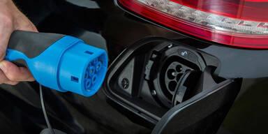 Daimler baut mehr E-Auto-Batterien