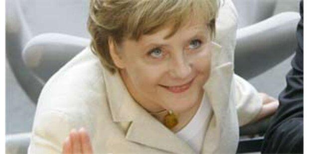 Merkel nimmt die Dekolleté-Debatte gelassen