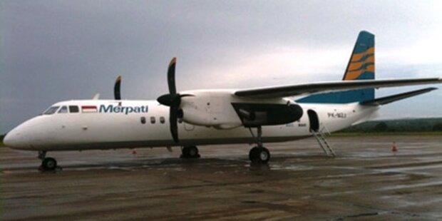 Flugzeug stürzt mit 25 Insassen ins Meer