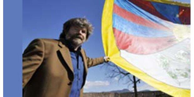 Messner hisst tibetische Flagge