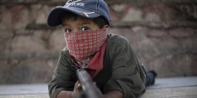 Drogenkrieg: 5-Jährige üben an der Waffe
