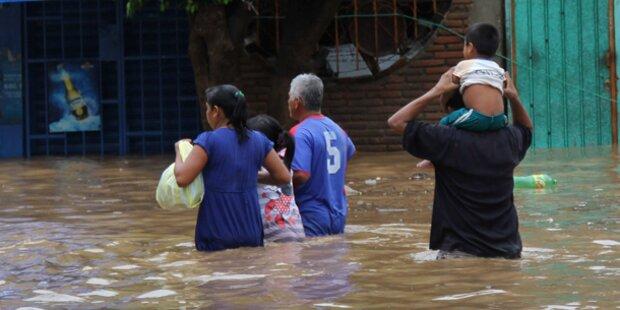Dutzende Tote durch Tropenstürme
