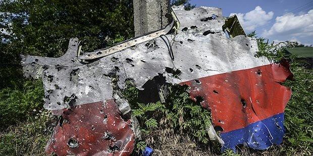 Ermittler: Flug MH17 von Objekten durchsiebt