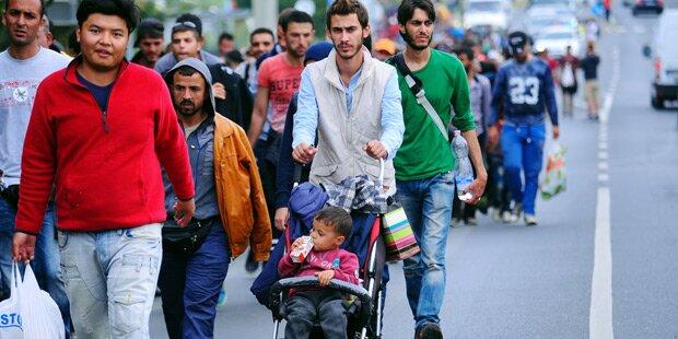 Tausende marschieren Richtung Österreich
