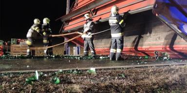 Lkw-Unfall: 550 Kisten Mineral zerbrochen