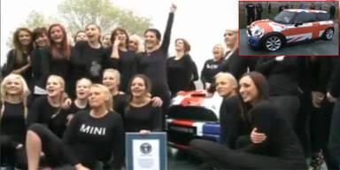 28 Frauen zwängten sich in einen Mini