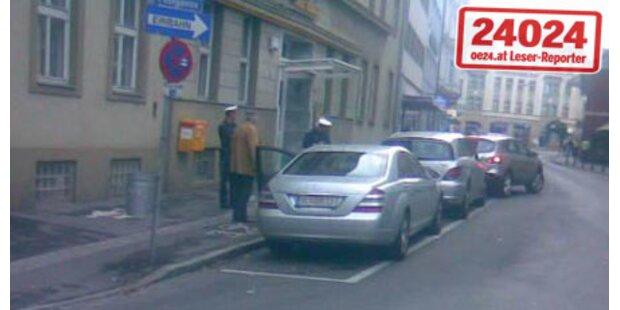 Mölzer parkt am Behinderten-Parkplatz