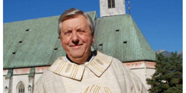 Karl Moik steht als Pfarrer vor der Kamera