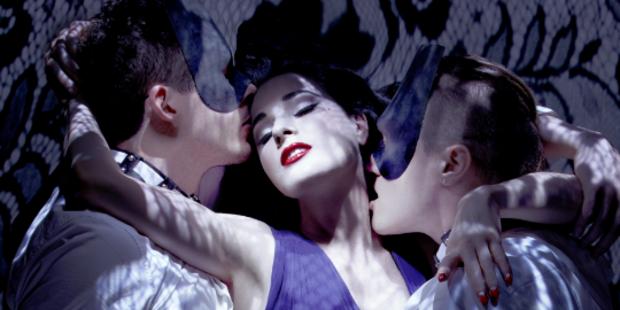 Dita Von Teese versext Monarchy-Video