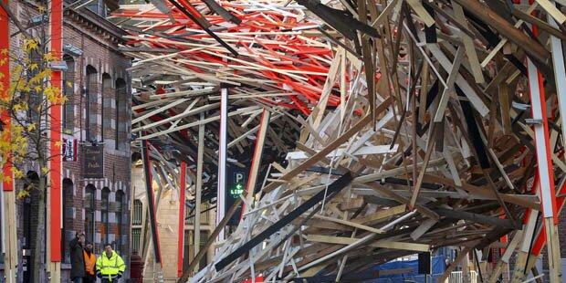 Kunstwerk in Mons zusammengebrochen