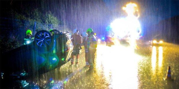 Unfall im Regen: Zeugen fuhren weiter
