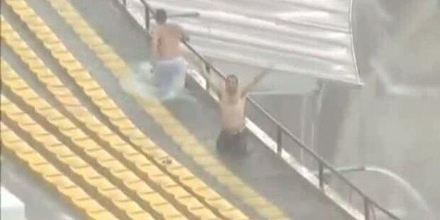 Fans schwimmen im Fussball-Stadion