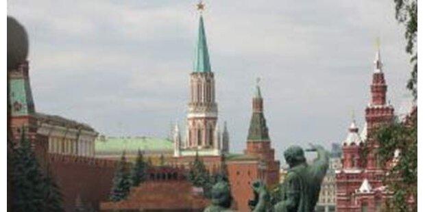 Moskau schießt Schneewolken vom Himmel